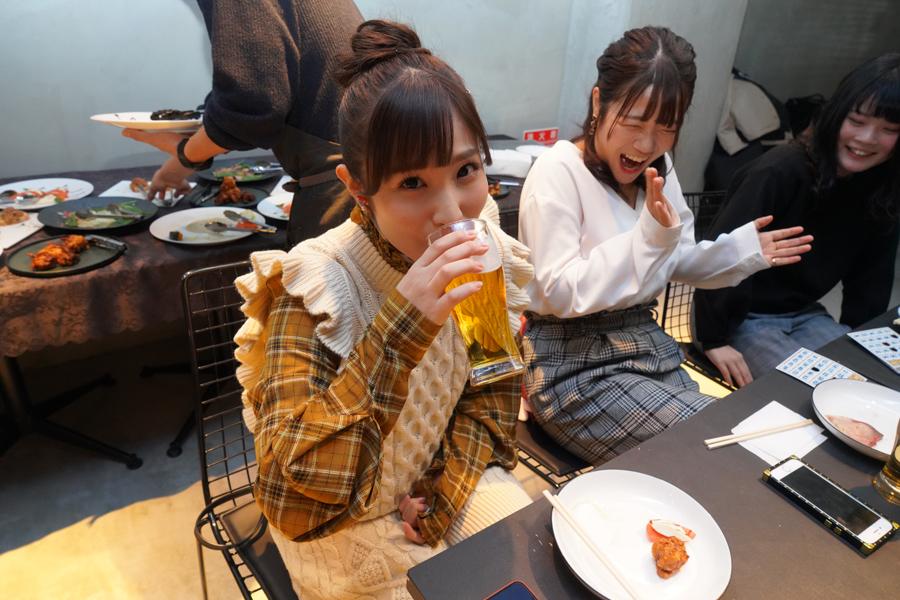 お酒を飲む栄川乃亜と明望萌衣、宇野莉緒
