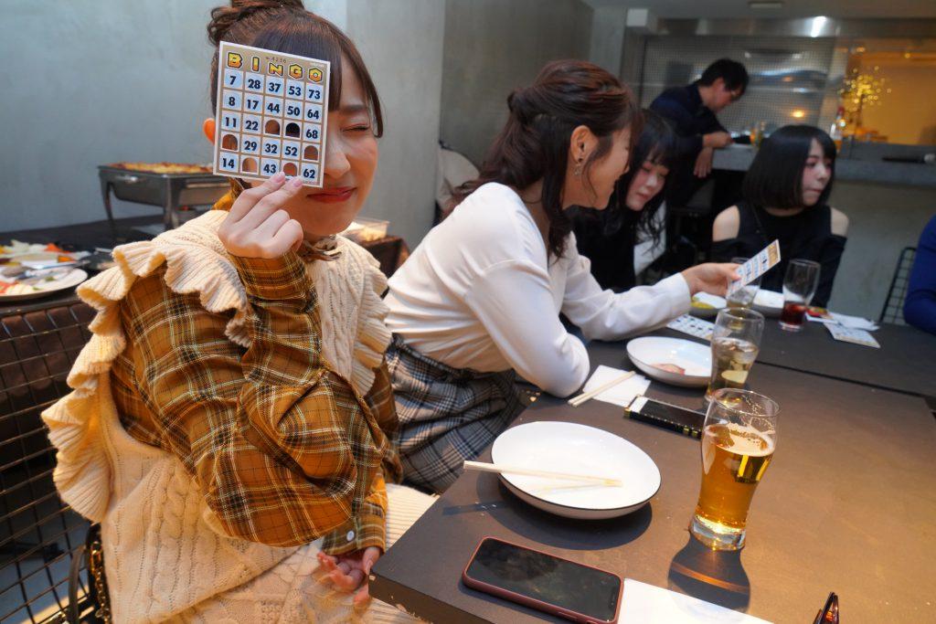 ビンゴカードを持つ栄川乃亜