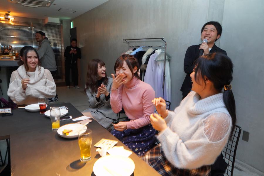 笑っているTちゃん、楓カレン、谷花紗耶、根尾あかり、芸人