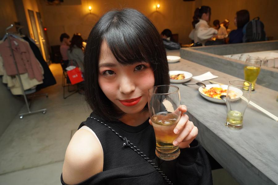 お酒を飲む藤川菜緒